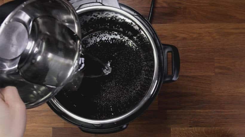 Instant Pot Black Rice (Instant Pot Forbidden Rice): rincer, égoutter, ajouter de l'eau, puis cuire sous pression le riz noir dans l'autocuiseur électrique Instant Pot