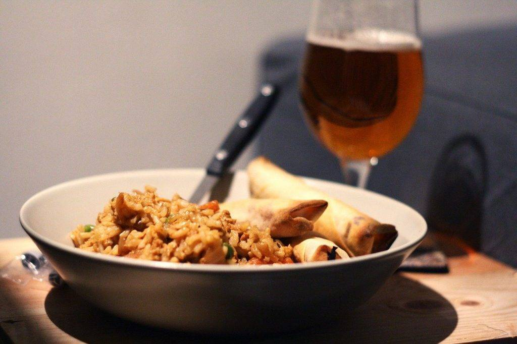 riz frit, la bière, egg roll