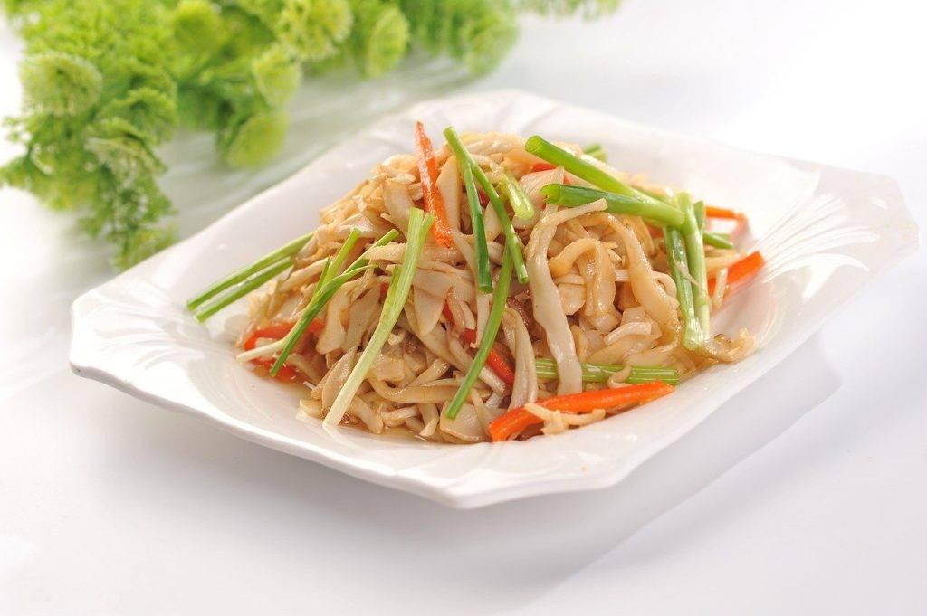 nouilles de riz frit, ciboulette, carottes râpées