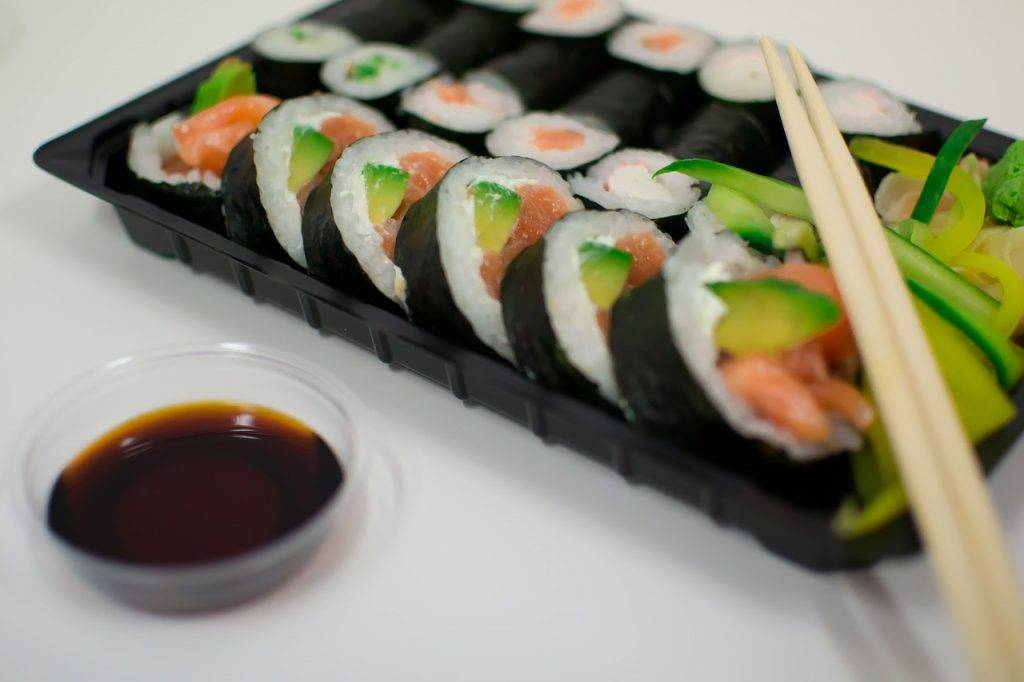 sushi, poissons, baguettes